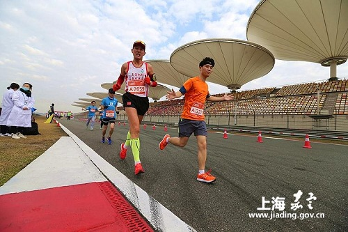 Jiading runners hit the track of New Year's Day
