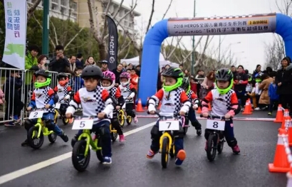Hundreds of cyclists flock to Jiading